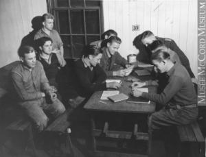 Prisonniers de guerre allemands fumant et lisant, Farnham, QC, 1944 (Musée McCord).