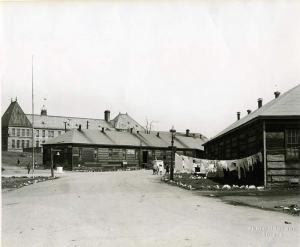 Les baraques militaires devenues le village des pauvres sur les plaines d'Abraham entre 1945 et 1952. Source : Archives de la Commission des champs de bataille nationaux.